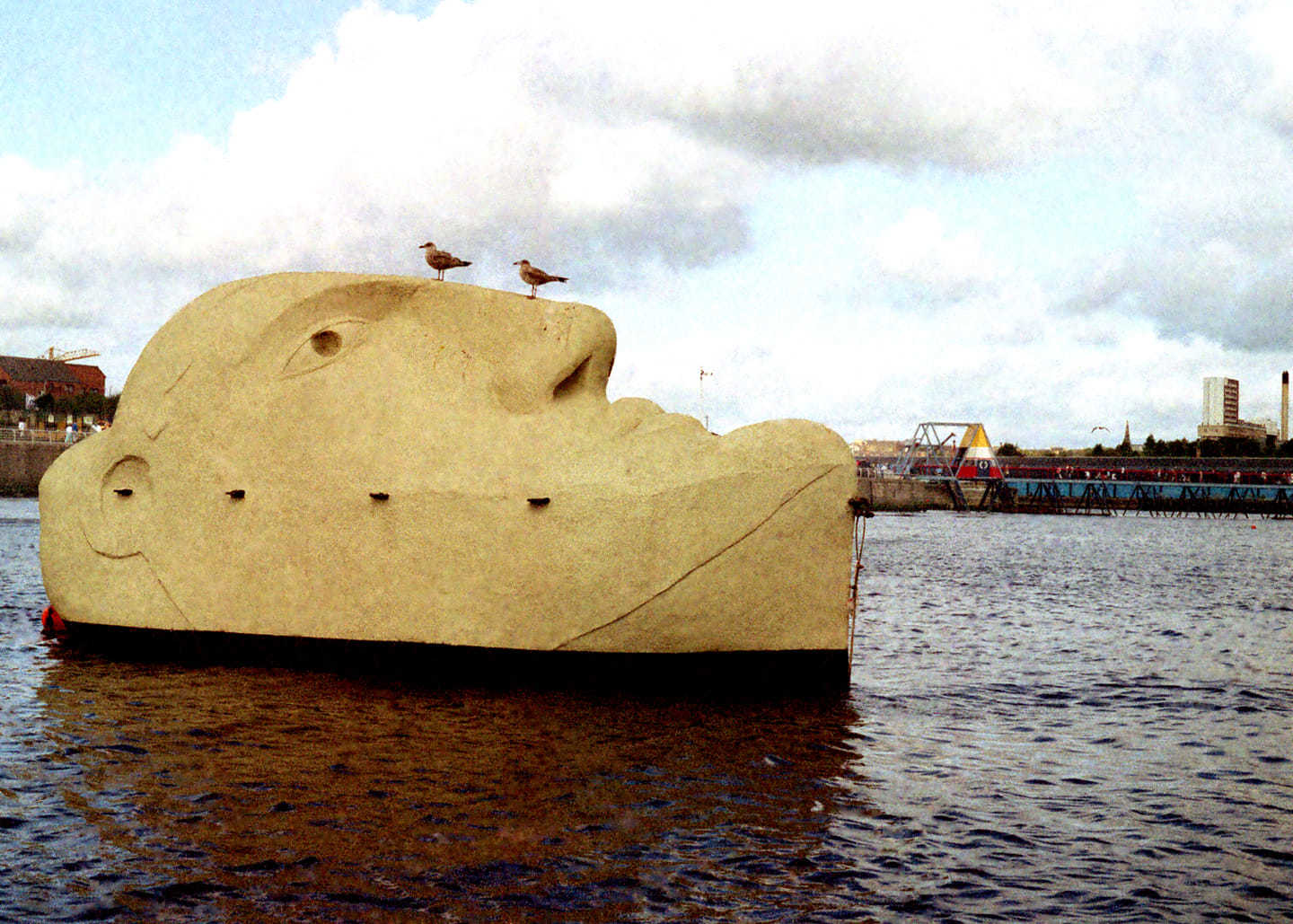 Floating Head sculpture sat in Clydebank for 33 years sails down river